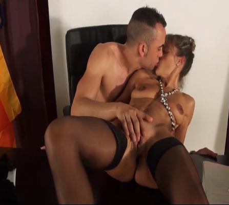 Ejecutiva y de clase alta se mete al porno para follarse jovencitos: Chloe, la jefa.